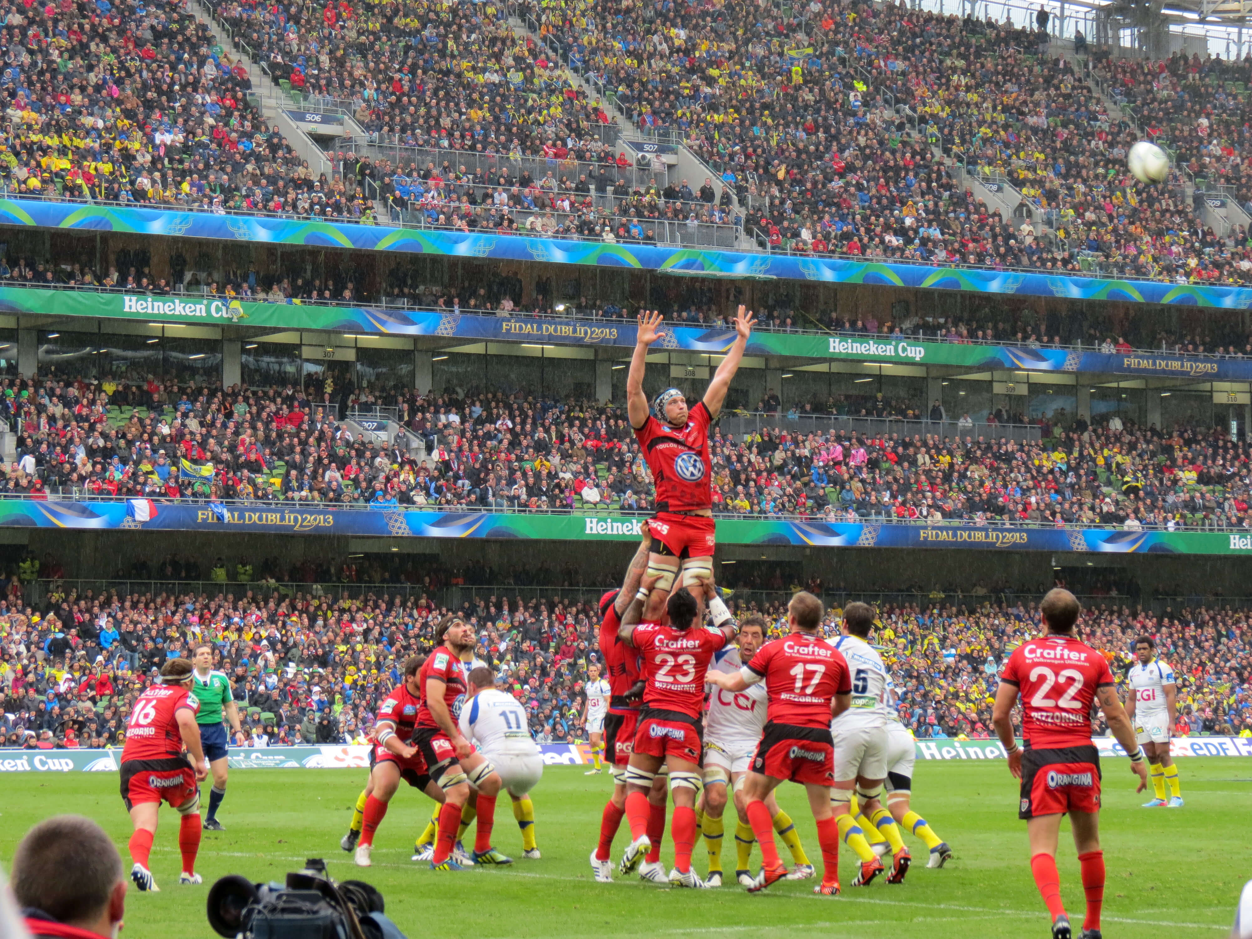 Clermont Auvergne and Toulouse contest a line out at the 2013 Heineken Cup Final. Photo credit: week ay (Flickr).
