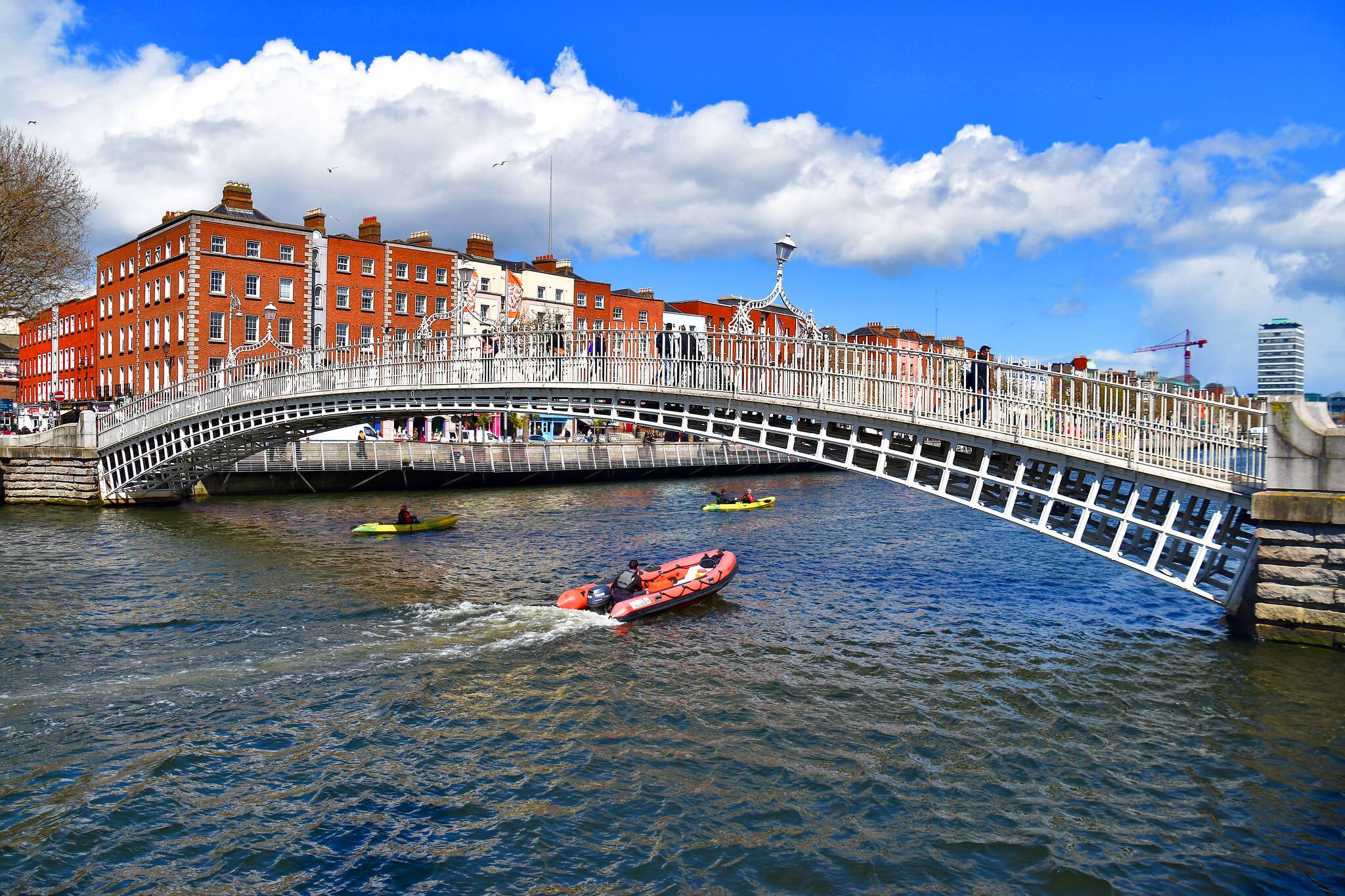 Hapenny Bridge Dublin Ireland - Ron Cogswell (Flickr)